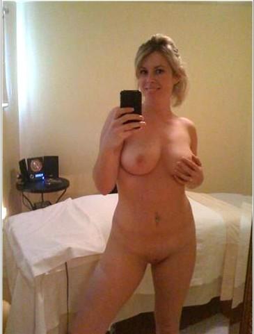 Мадам наслаждается раздетым телом перед зеркалом