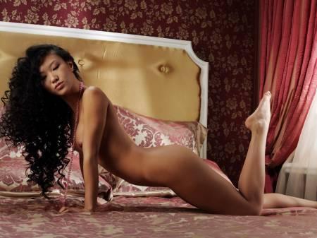 Кудрявая азиаточка хвастается без трусов на привлекательном ложе смотреть эротику