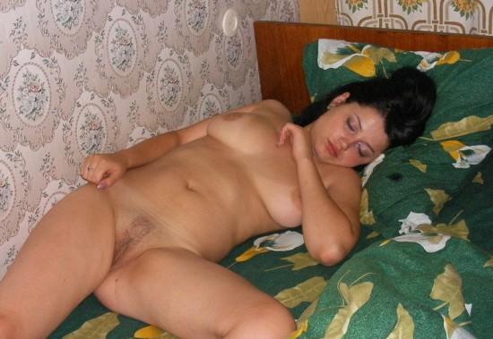 Телка с дряхлым животом показывает киску в постели