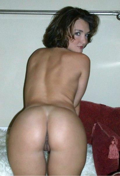 Прошмандовка вывалила большие дойки и показала влагалище