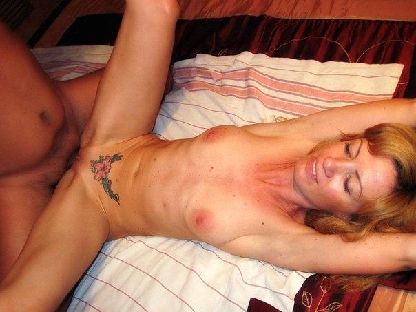Умелая потаскуха с худым телом всегда рада заняться сексом с Двумя