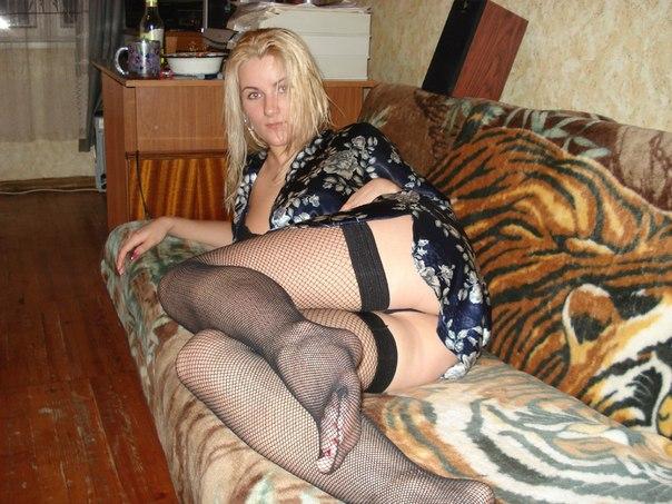 Страстная блонда позирует в спальне в нижнем белье