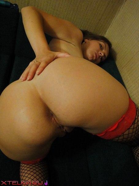 Вульгарная девка в чулочках обнажает влагалище