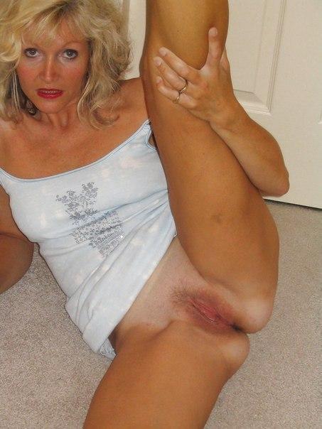 Взрослые дамы соблазняют голыми сиськами и сексуальным бельем