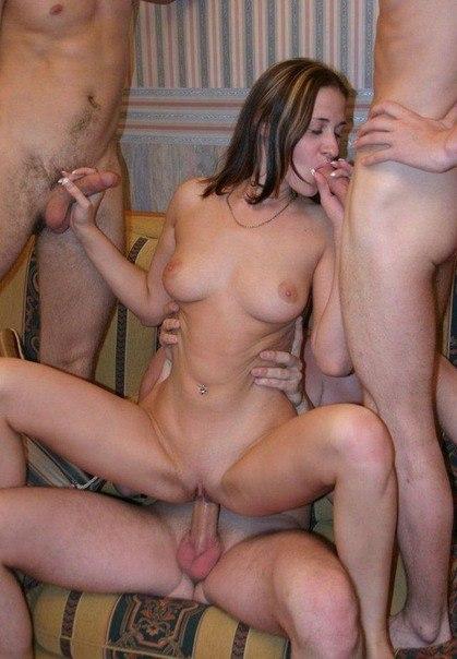 Любвиобильные бабы заглатывают у нескольких мужиков сразу