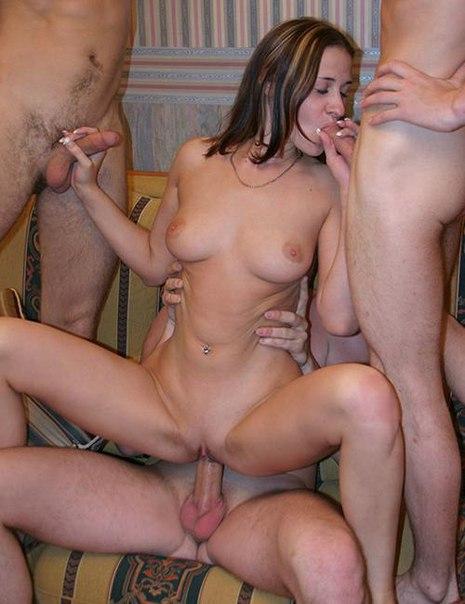 Мужики показывают как развлекаются с доступными девушками