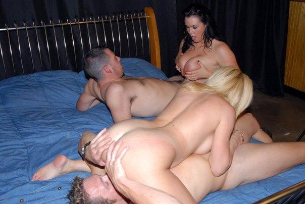 Потаскуха испытывает оргазм от ебли втроем