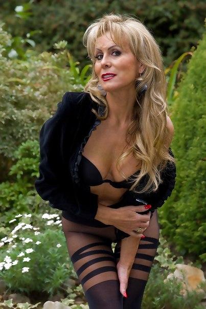 Замужные женщины тоже могут быть возбужденными в интимном белье смотреть эротику