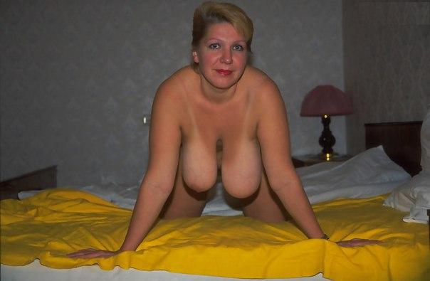 Пышные мамки показывают крупные груди вместе с вагиной