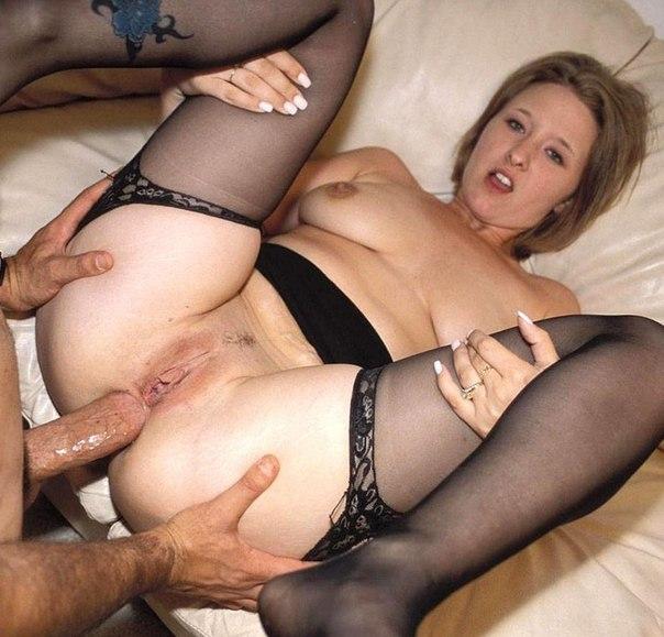 Юноша растягивает женский анал крупным болтом