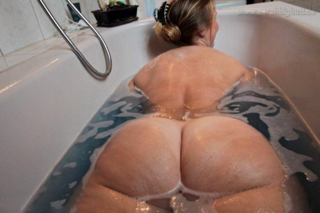 Баловницы показывают аппетитные задницы развернувшись спиной
