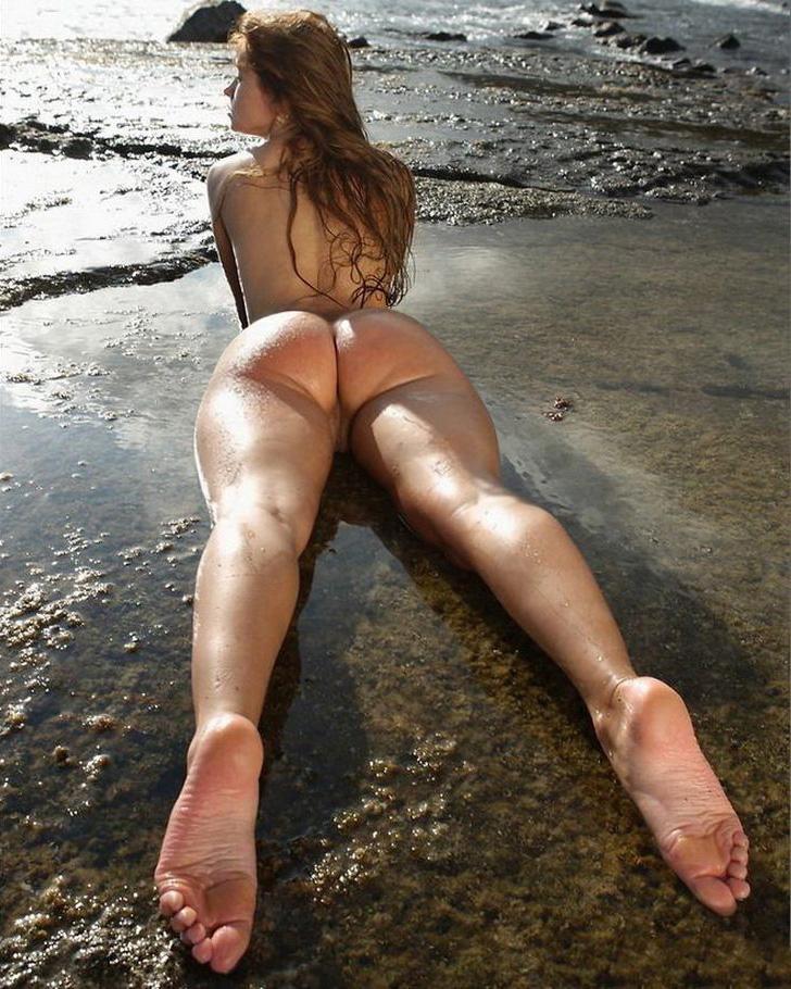 Баба в трусах балуется на морском побережье