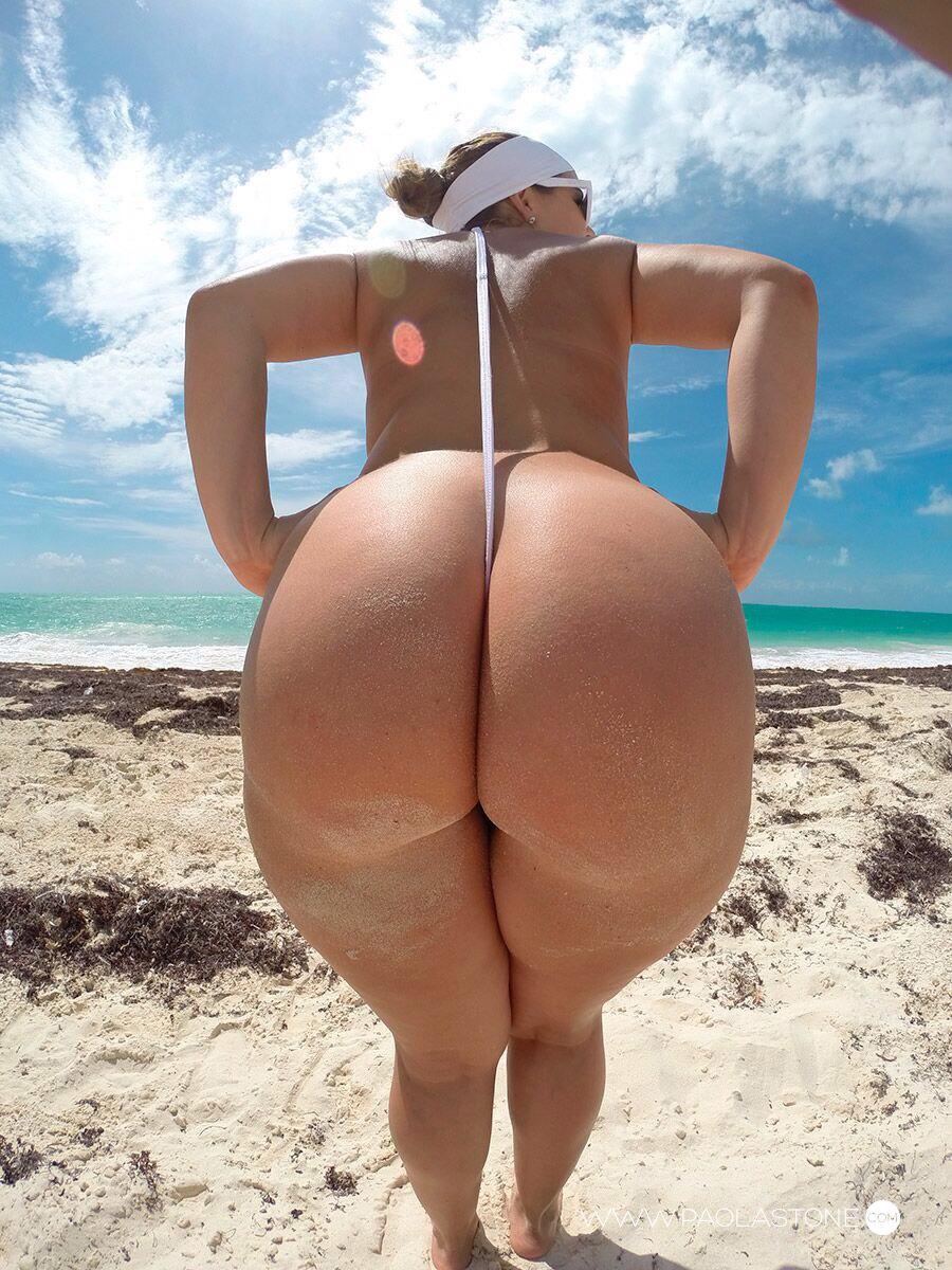Шлюшки отдыхают на песке в хорошеньких купальниках