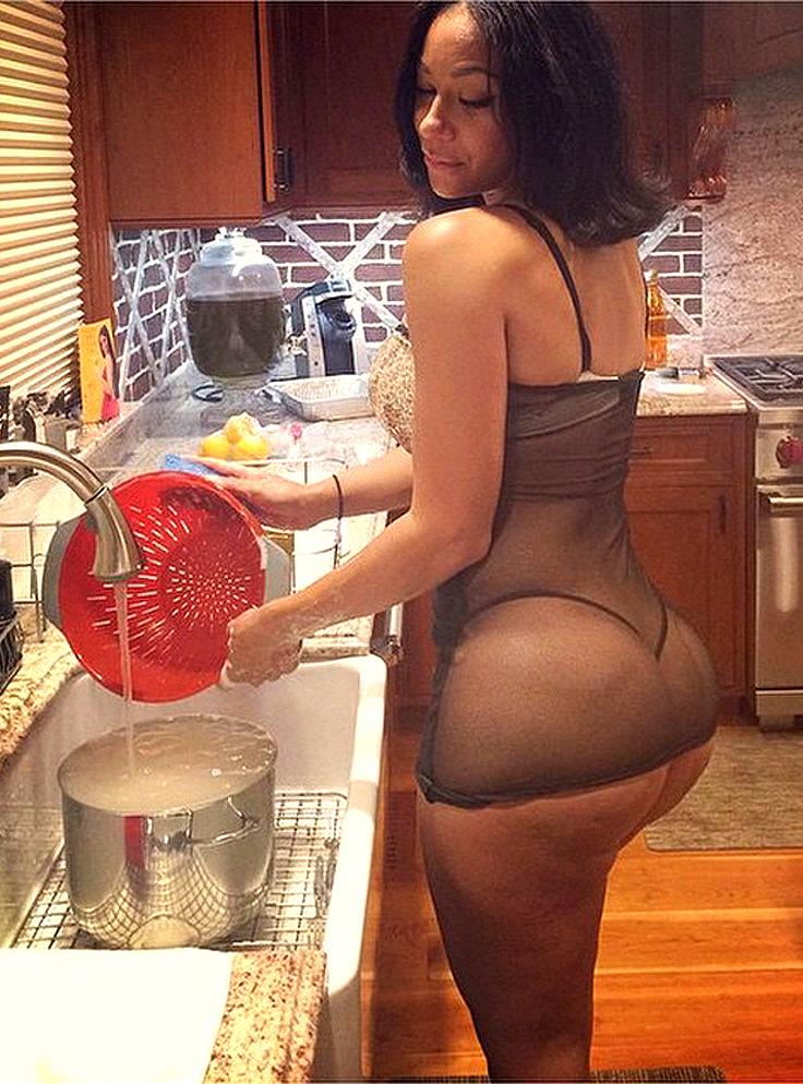 Безработные бабы на кухне демонстрируют попочки не снимая трусы