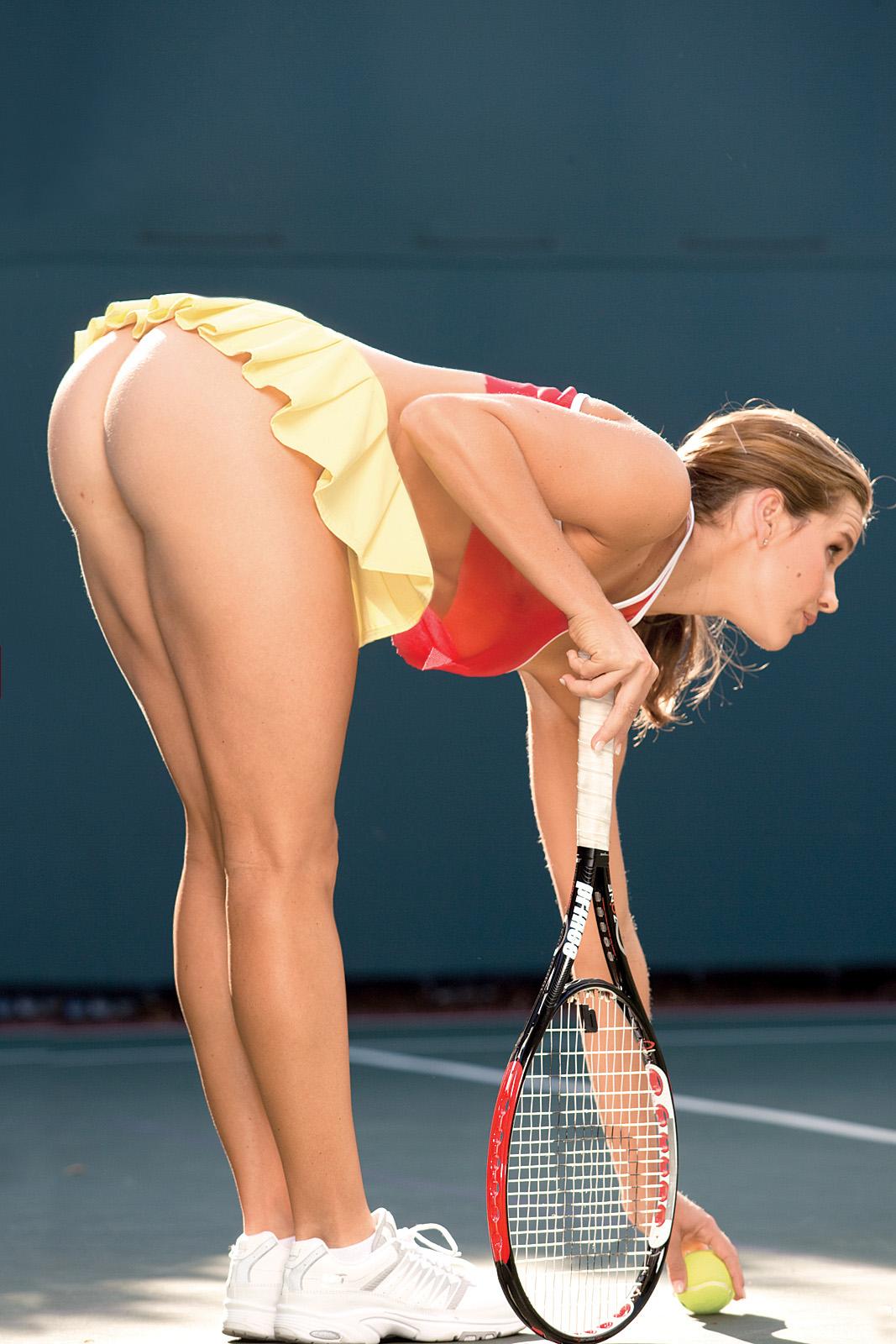 Ухоженные спортсменки продемонстрировала обнаженную попку в разных местах