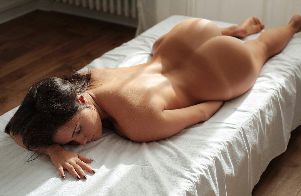 Жопастая марамойка валяется на кроватке