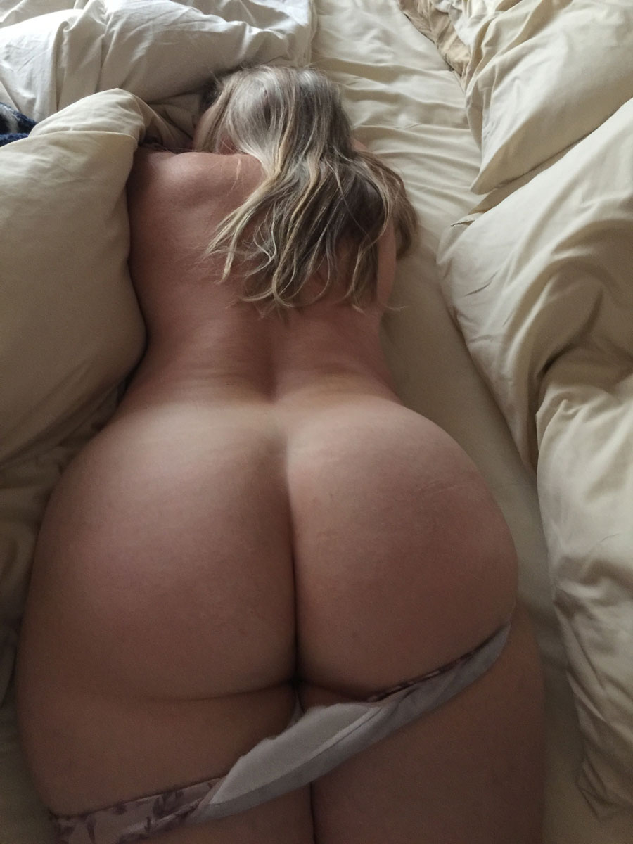 Американка валяется в постели не пряча попку