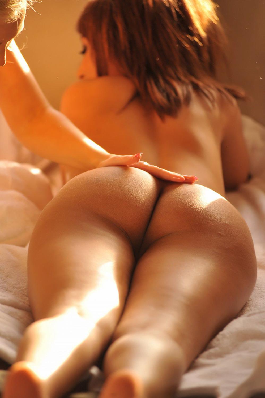 Бикса светит голой попкой лежа на животе
