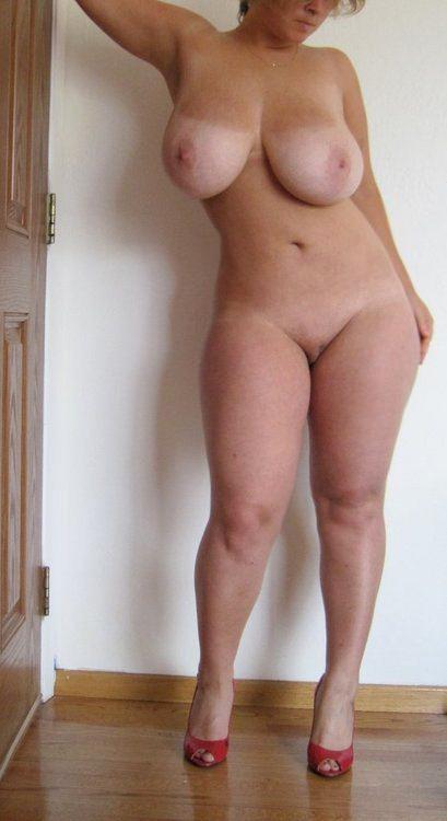Голая милфа не стыдиться хвастаться отличным телом