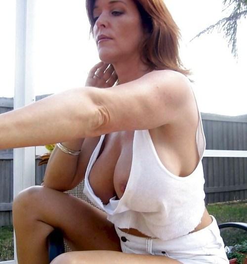 Женщина светит красивой грудью сняв с себя бюстгальтер