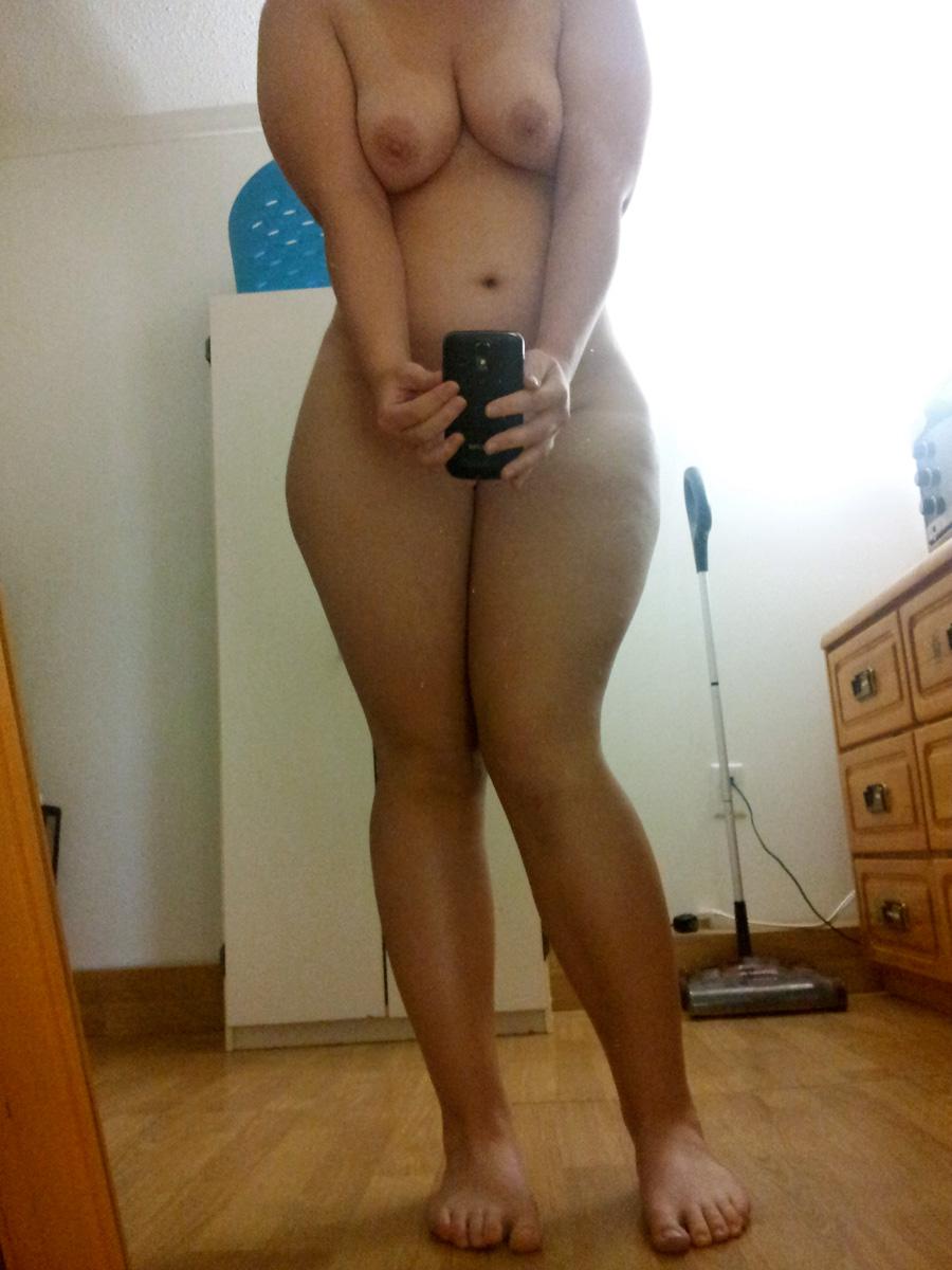 Молоденькие сучки снимают отражение своей попки