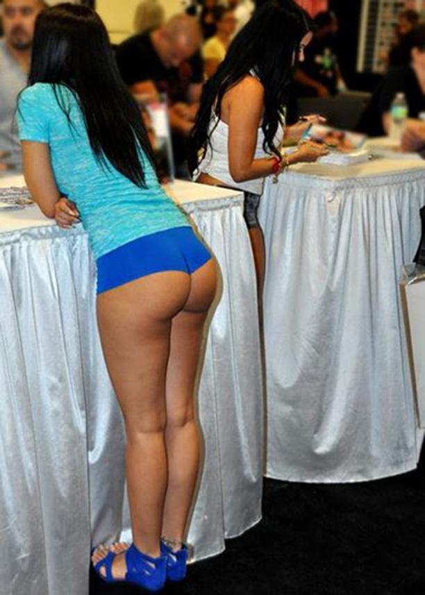 Короткие шортики приютились на клевых булках смотреть эротику