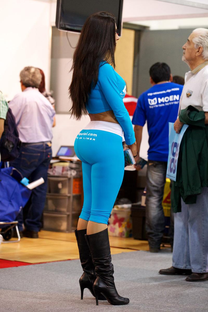 Спортсменка показывает упругую попку спрятанную под лосинами