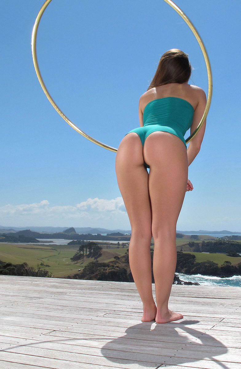 Обнаженная американка занимается йогой на открытом воздухе