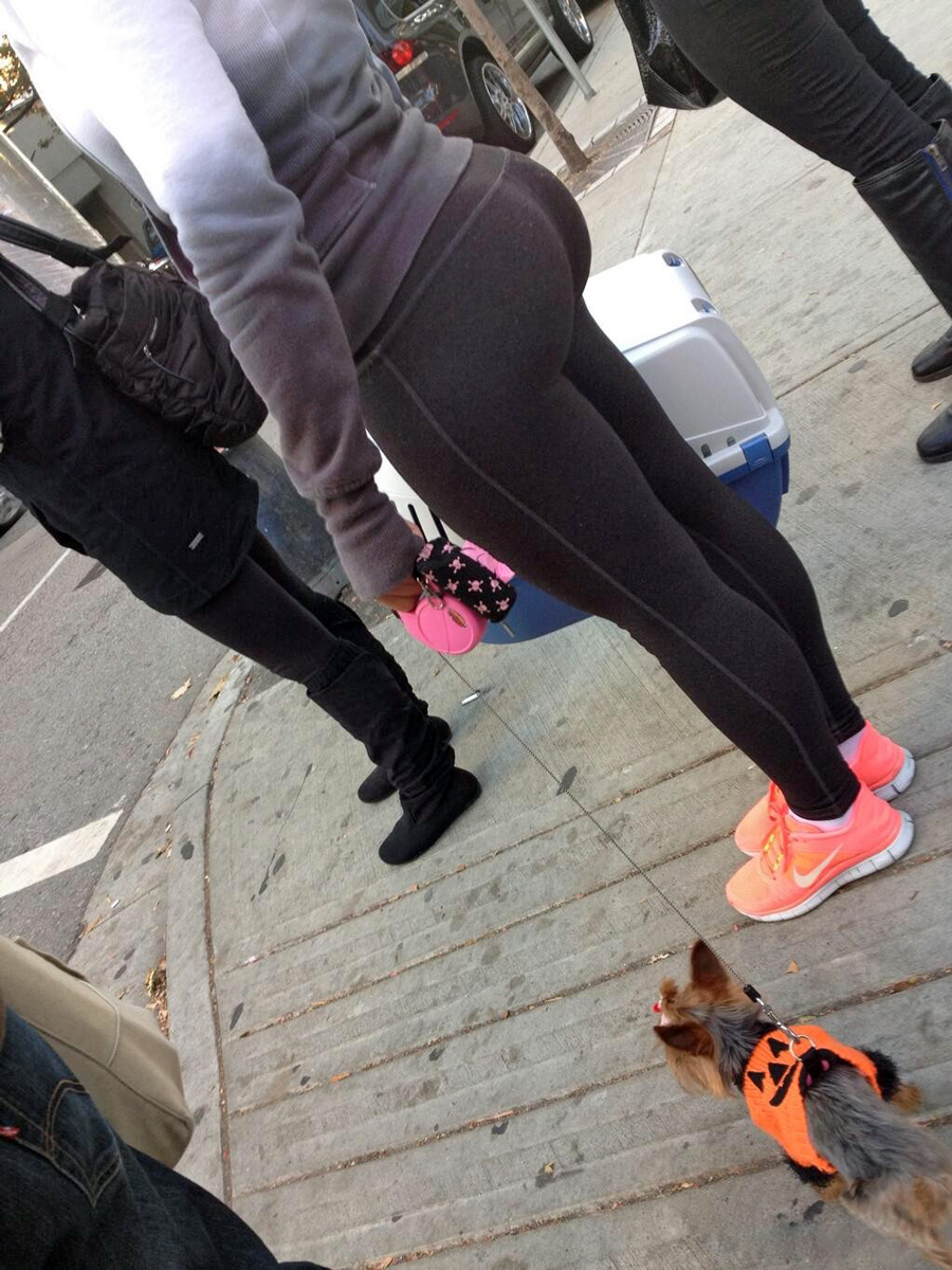 Сучки не стесняются большой жопы гуляя по улице