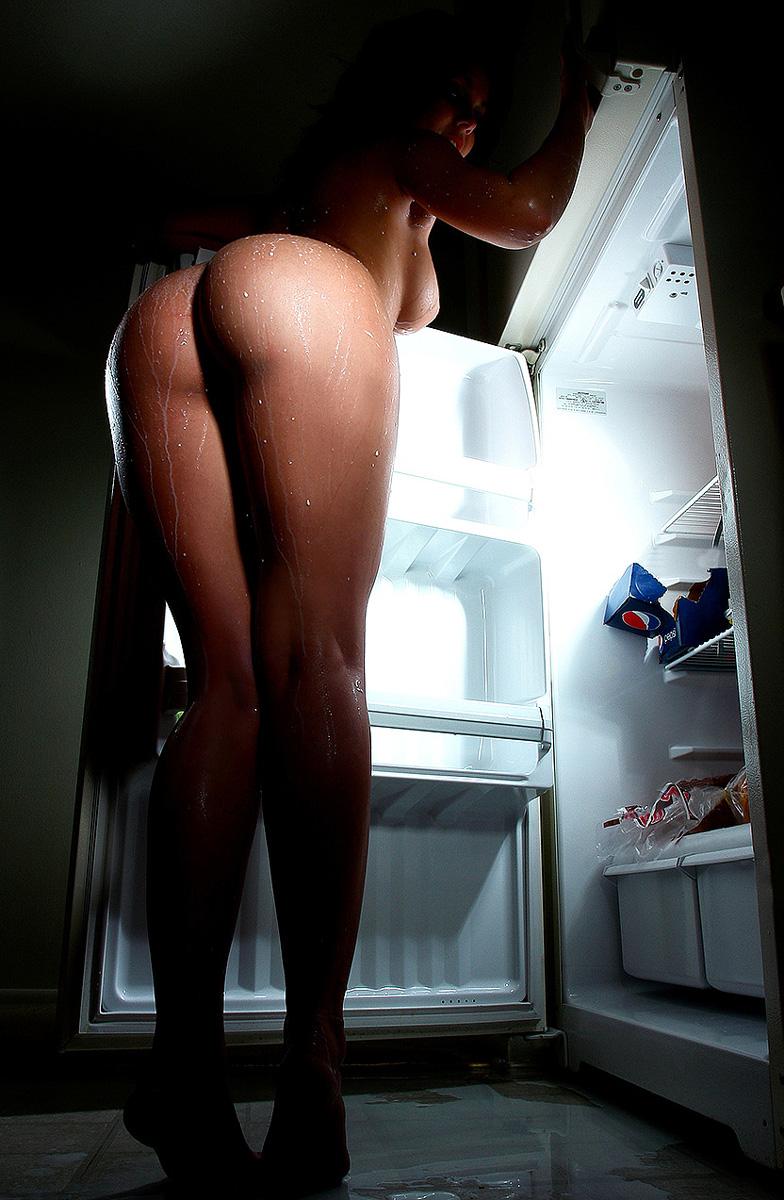 Сексуальные домохозяйки показала задницу стоя на кухне