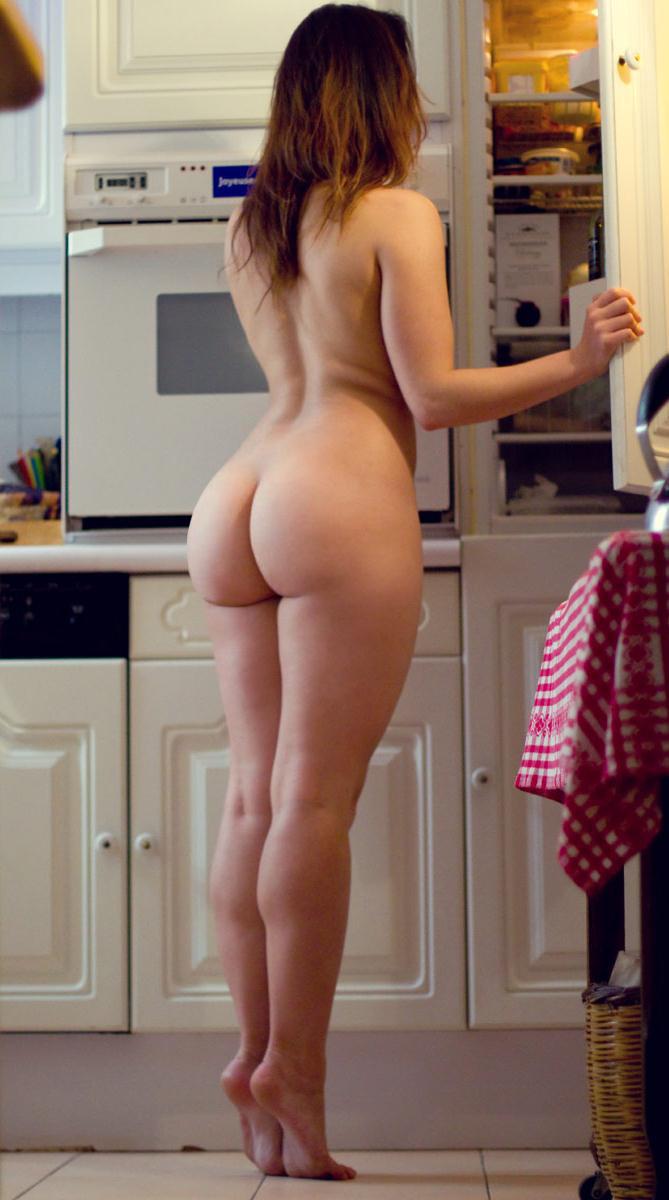 Соблазнительная девка в трусах готовит ужин на кухне
