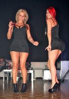 Жопастые чики развлекаются в ночном клубе 3 фотография