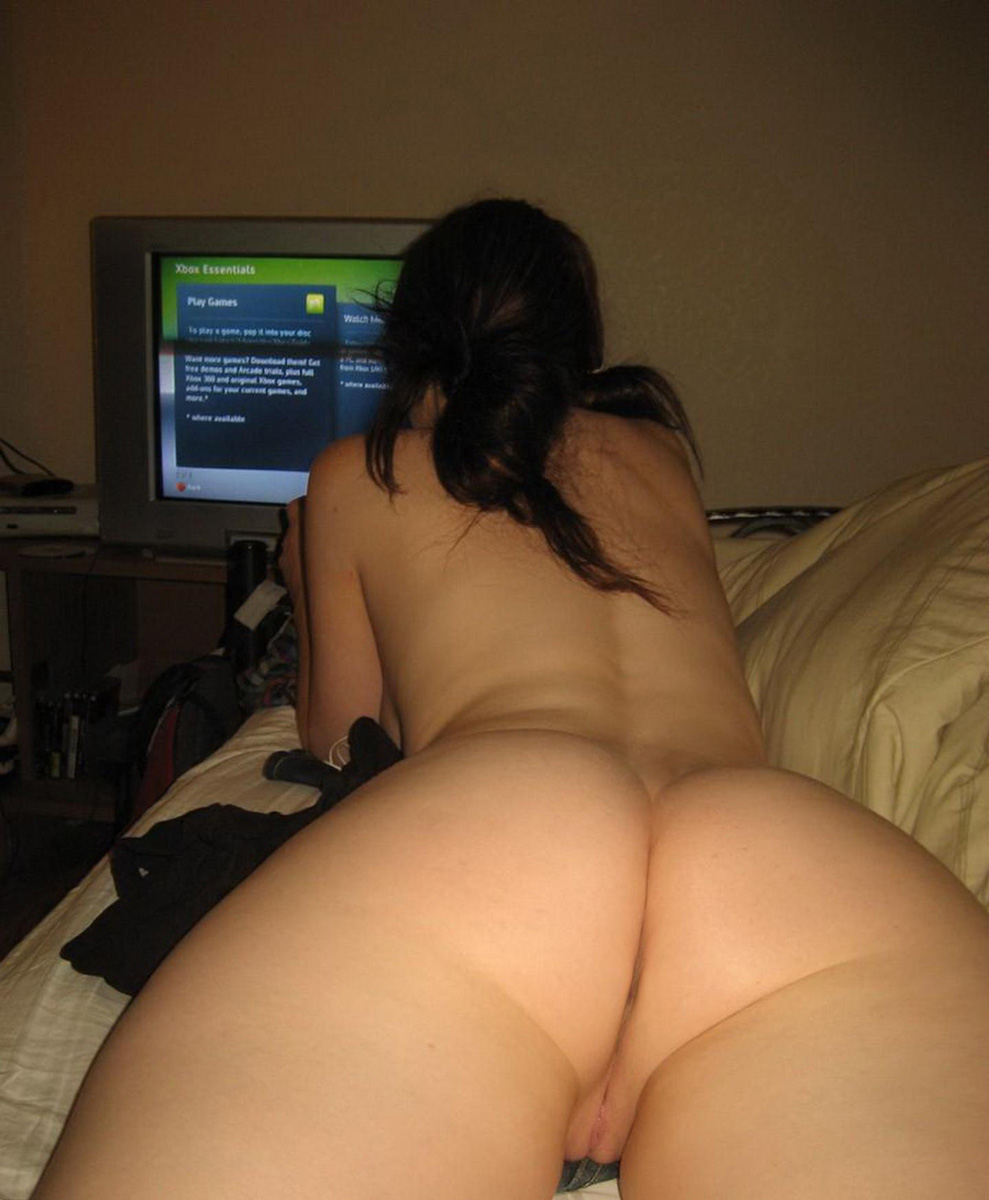Голые красотули играются в видео-игры дома секс фото