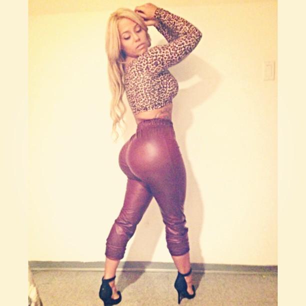 Чувственная блондиночка блистает попкой надевая обтягивающую одежду