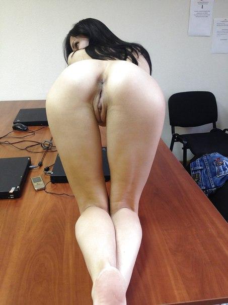 Прекрасные тёлки в свободное время хвастают сексуальной писей и задом