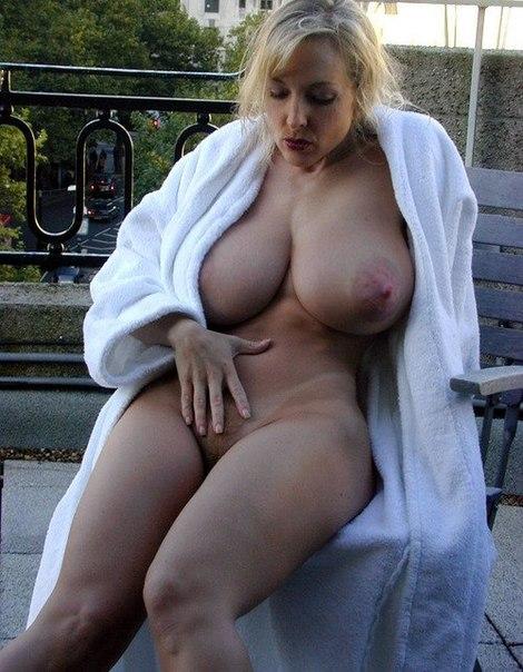 Привлекательные мамки хвастаются огромными молочными железами