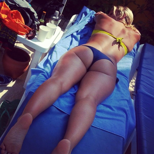 Отдыхая на берегу моря проститутки не прячут гигантские булочки