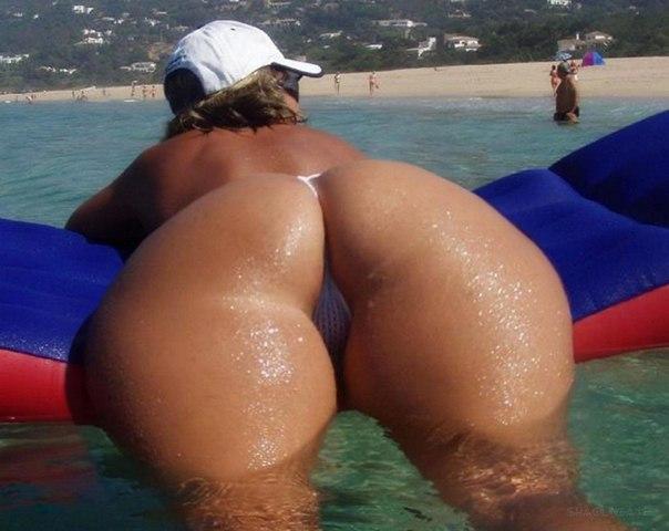 Отдыхая на песке шлюшки не прячут крупные булочки