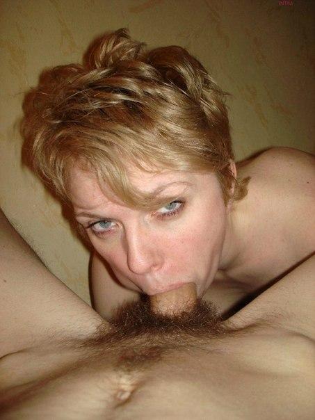 Коротко бритая милфа желает сосать херы у себя дома смотреть эротику