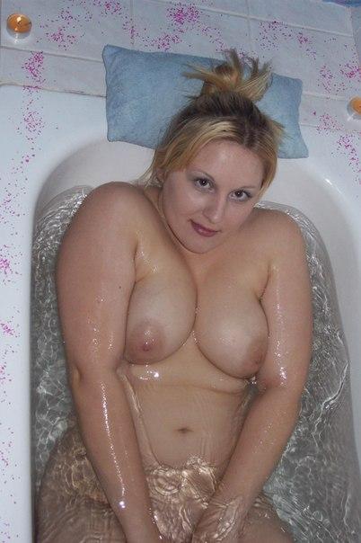 Светловолосая жируха моет нагие дойки под душем