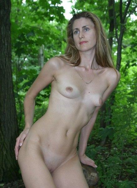 Шаловливые милфы и в лесу рады засветить промежность секс фото