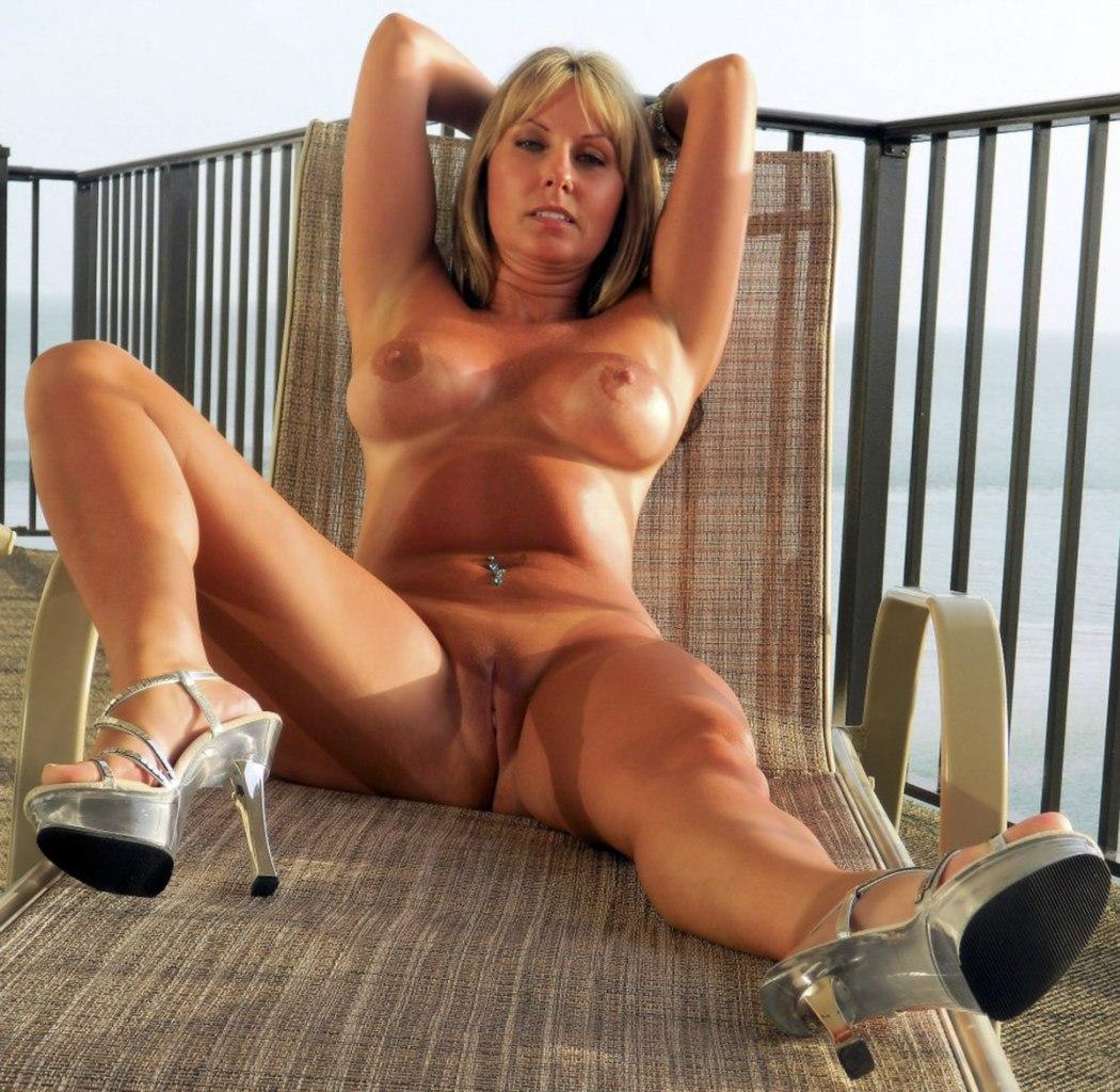 Сорокалетние давалки во время отпуска светят сисяндрами секс фото