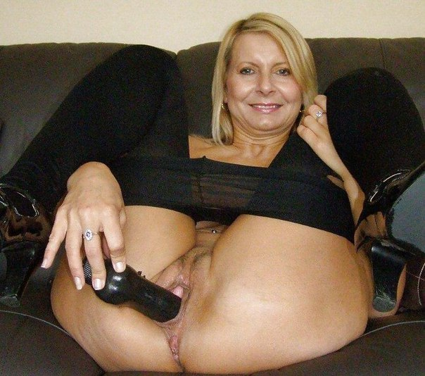 Игривые мамочки позируют наготой в милых позах