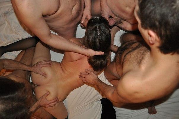 Марамойки обслуживают нескольких мужчин в квартире
