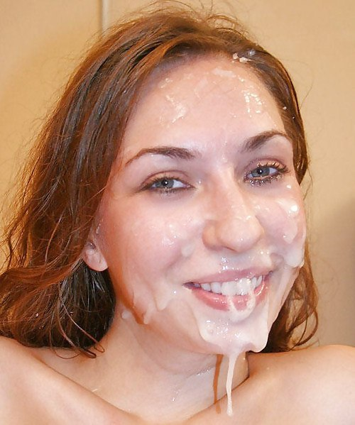 Кавалера смотрят на женское лицо покрытое спермой