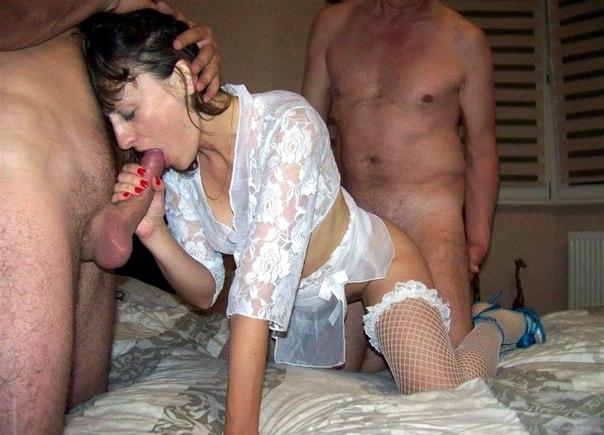 Сексуальные милфы любя заниматься еблей втроём в домашних условиях