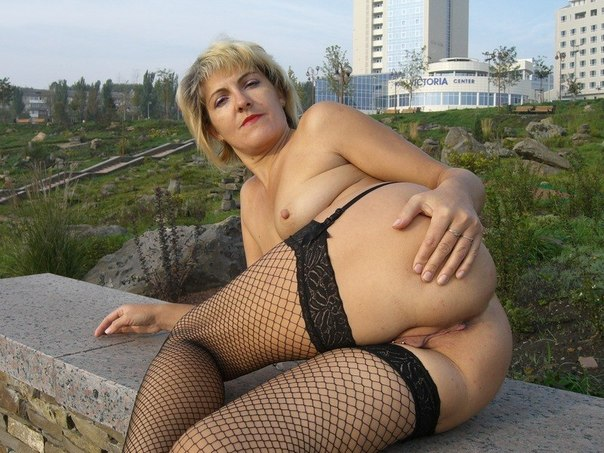 Взрослые девки в любом месте готовы продемонстрировать голые гениталии