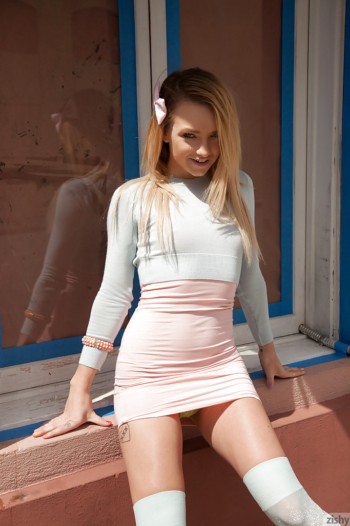 Модница в розовом задирает юбочку на улице