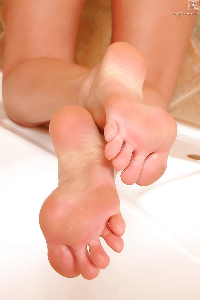 Голенькой блондиночке чертовски понравилась ванна после ремонта