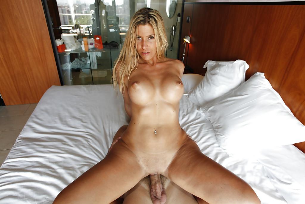 Стройная блондинка начинает утро с секса с мужем